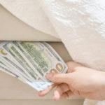 Экономист объяснил, почему не страшно держать доллары «под матрасом»